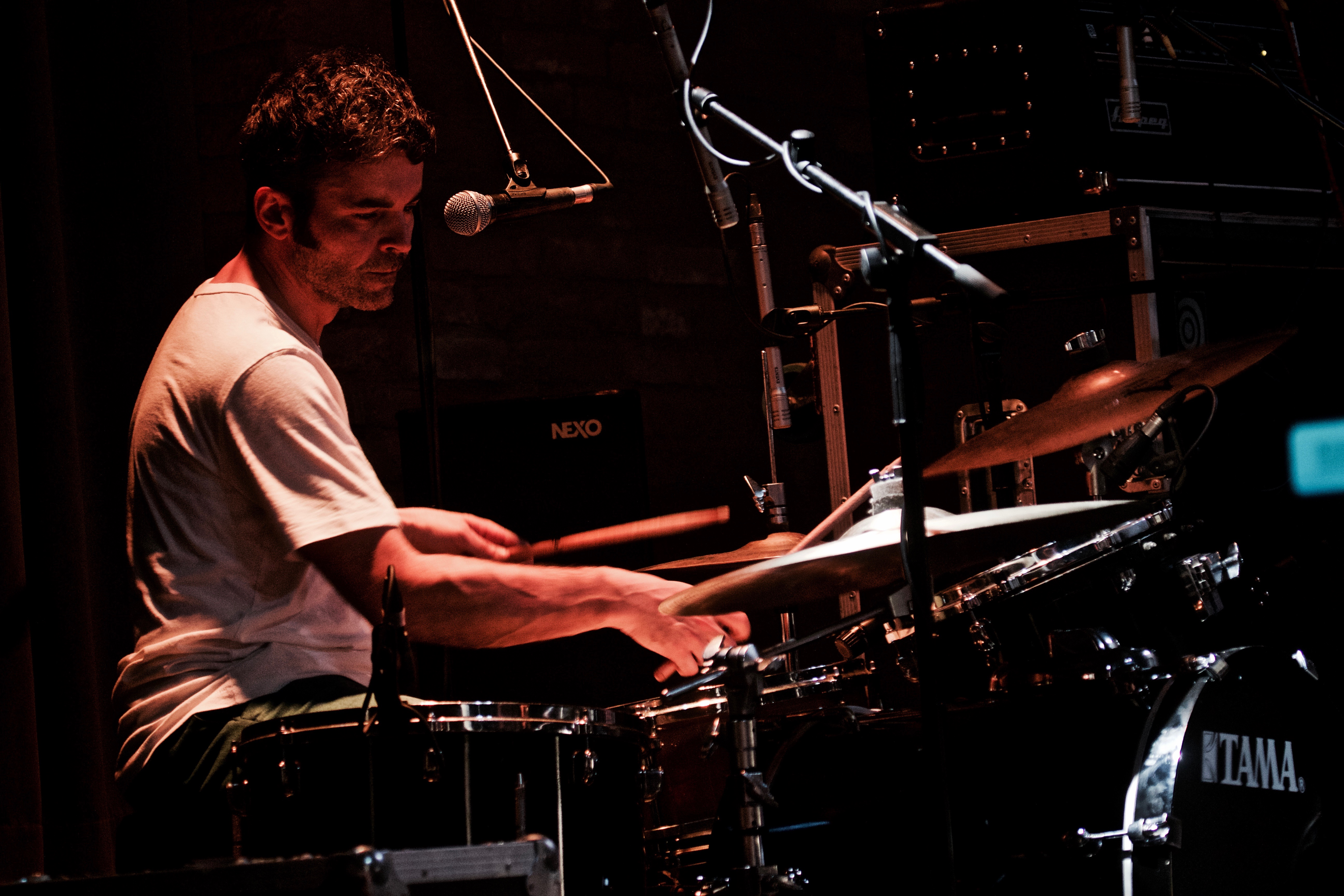 documentary record of musicians on stage - Drummer in action - Drums - registro documental